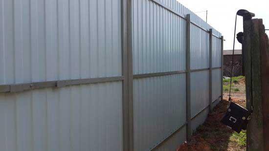 Забор из профнастила с тремя перемычками