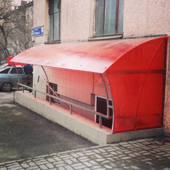Козырек из поликарбоната для цокольного помещения